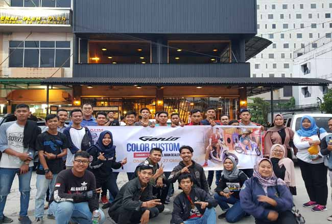 Para komunitas foto bersama usai melakukan Genio Colour Custom tajaan PT CDN Riau.