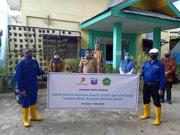 Foto bersama usai serah terima bantuan peralatan untuk bank sampah, Senin (11/5/2020). Foto Ist