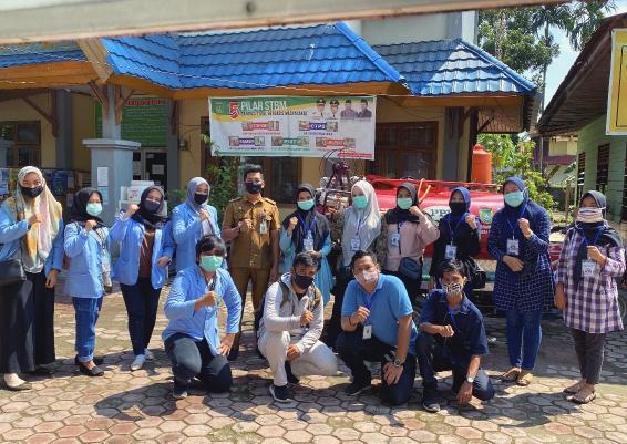 Relawan Covid-19 Kelurahan Buluh Kasap, Kecamatan Dumai Timur, Senin (15/6/2020) melakukan pembuatan sekaligus penyemprotan disinfektan.