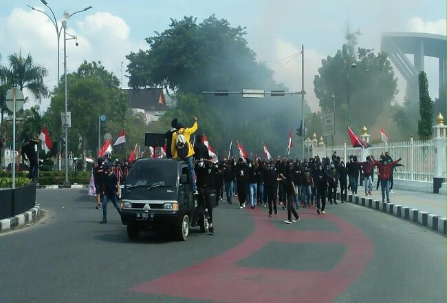 Massa longmarch menuju kantor Gubernur Riau.