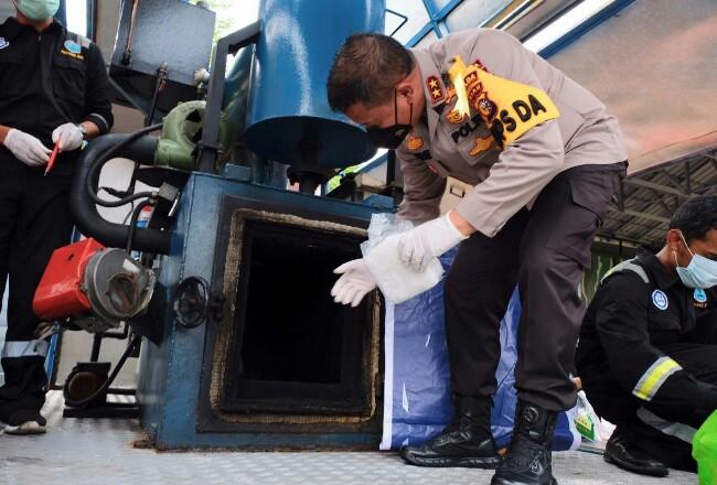 Kapolda Riau saat memusnahkan barang bukti sabu.