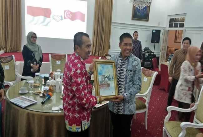 Gubernur Riau Syamsuar mengadakan pertemuan dengan Wamenlu Singapura Tan Wu Meng.