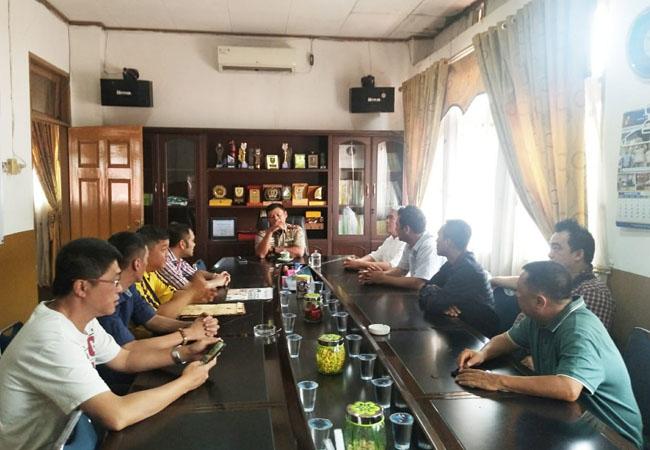 Diskusi warga dengan Kasat Pol PP.