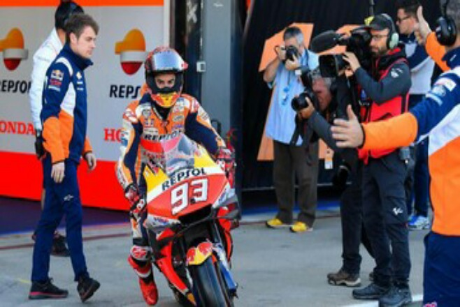 Marc Marquez sudah menyatakan bakal tampil di MotoGP 2021. Foto: CNNIndonesia
