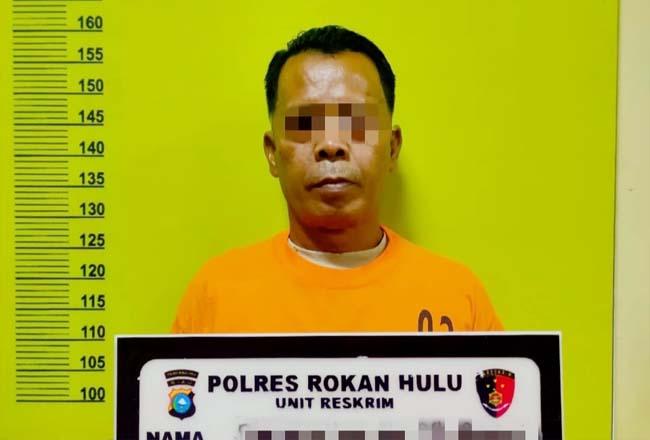 PH (56) yang menyambi sebagai jurtul Togel jenis KIM Hongkong, diciduk personel Tim Opsnal Polres Rohul.