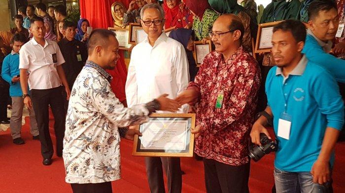 Kepala Sekolah SDS 023 Pasir Penyu menerima penghargaan Adiwiyata Tingkat Nasional