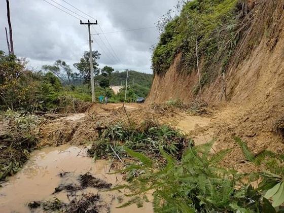 Longsor akibat abrasi Bukit Gasiang sempat tutup akses jalan menghubungkan Rokan- Banjar Datar, Kecamatan Rokan IV Koto.