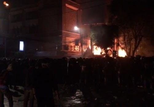 Salah satu toko yang dibakar massa.