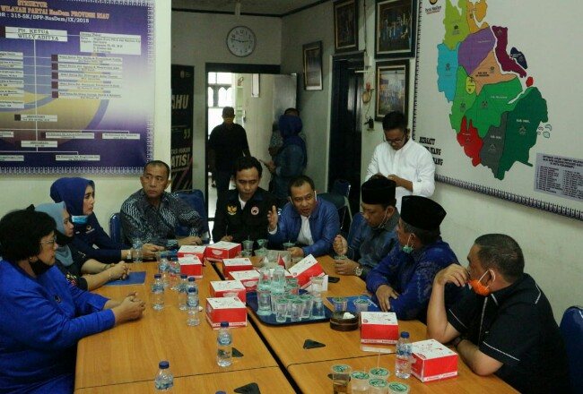 Siti Nurbaya (kiri) saat berdiskusi bersama empat bakal pasangan calon kepala daerah usai penyerahan SK dukungan Partai Nasdem di Kantor DPW Nasdem Riau. Foto: Riaupos