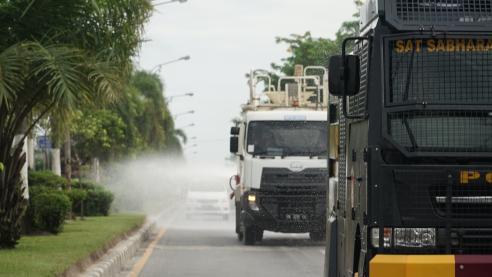 Penyemprotan diawali dari Markas Polres Pelalawan. Sebanyak 2 unit kendaraan khusus, terdiri dari satu unit truk water canon Polisi dan satu unit truk tangki RAPP.