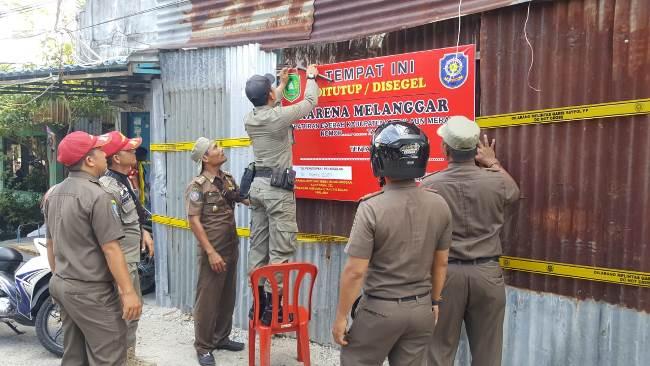 Satpol PP Kepulauan Meranti sedang menyegel bangunan