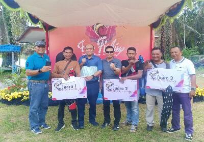 Manager Engenering Bayu didampingi Manager Aset Pertamina RU II Endang dan Unit Manager Comrel & CSR RU II Muslim Dermawan, Ketua PWI Dumai Kambalifoto bersama para juara lomba mancing.