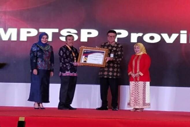 Gunernur Riau Syamsuar saat menerima penghargaan.