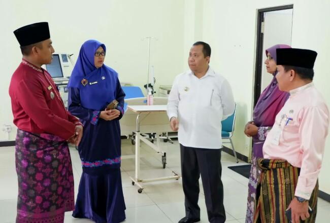 Camat Tebingtinggi, Rayan Pribadi bersama Kepala Dinas Kesehatan, dr Misri Hasanto dan Direktur RSUD mendengarkan arahan dan harapan Bupati Kepulauan Meranti terkait pelayanan medis di RSUD belum lama ini.