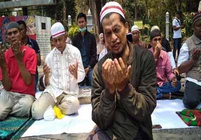 Salat Gaib yang dilaksanakan warga Minang untuk korban kerusuhan Wamena. Foto: CNNIndonesia