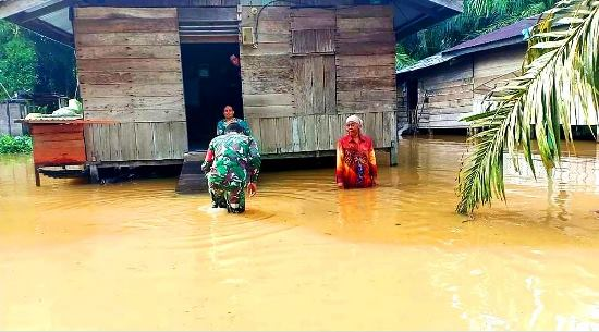 Rumah warga di Desa Bonai dan Kasang Mungkal Kecamatan Bonai Darussalam, Rokan Hulu terdampak banjir.