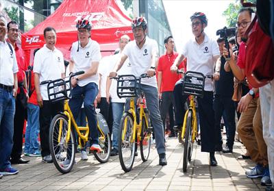 (kiri-kanan) Direktur Planning & Transformation Telkomsel Edward Ying, Direktur Utama Telkomsel Ririek Adriansyah, dan Rektor Universitas Indonesia Muhammad Anis saat melakukan uji coba inovasi solusi bike sharing berbasis teknologi NB-IoT di Universitas Indonesia