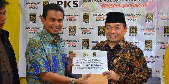 Ketua Fraksi PKS Jazuli Juwaini serahkan bantuan dari gajinya sebagai anggota dewan.