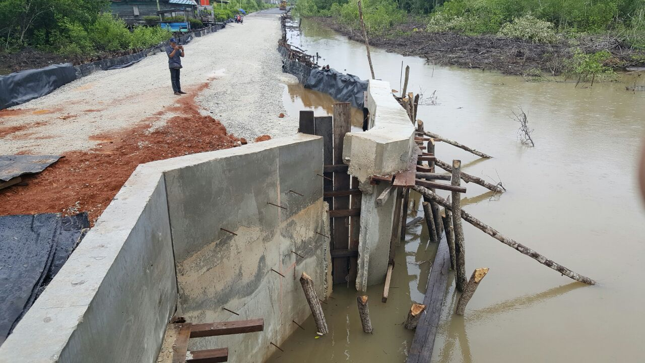 Pembangunan boxculvert di Jalan Lingkar Dorak, Kepulauan Meranti baru selesai dibangun sebulan lalu, namun kondisinya sudah sangat memprihatinkan.