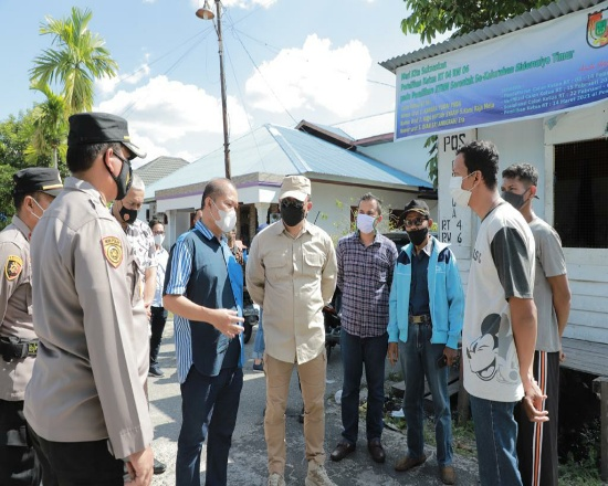 Kapolda Riau Irjen Pol Agung Setya Imam Effendi saat meninjau PPKM Mikro.