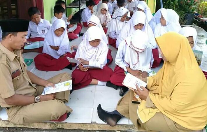 SDN 15 Rantau Panjang, Kecamatan Goto Gasip, Siak memulai geralan literasi dengan membaca 15 menit sebelum pelajaram dimulai.