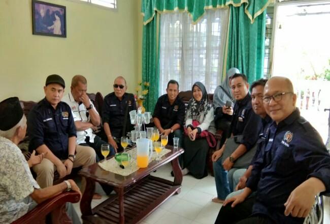 PWI Riau menjenguk wartawan senior Muslim Kawi.