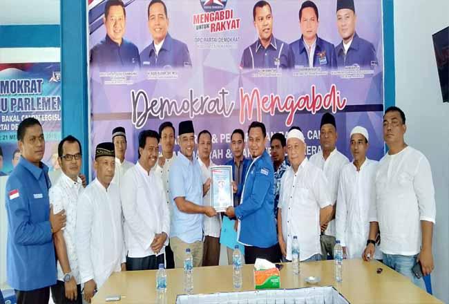 Bang Pican Balon Bupati Rohul didampingi relawan Bang Pican, resmi kembalikan formulir pendaftaran penjaringan balon Bupati Rohul ke ketua penjairngan DPC Partai Demokrat Rohul Hamdan dan anggota lainnya.