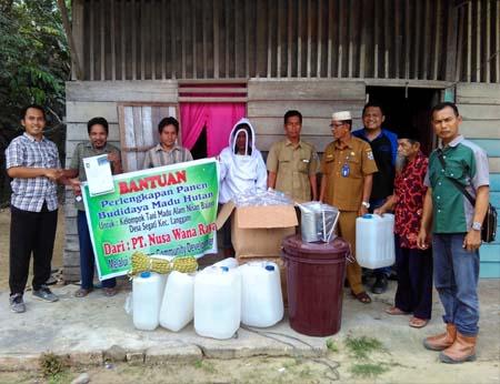Penyerahan bantuan perlengkapan pemanenan madu hutan kepada Kelompok Tani Nisan Bajayo Desa Segati, oleh PT NWR, Rabu (8/2/2017), lalu.