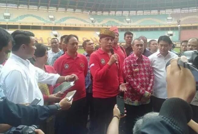 Ketum PSSI saat meninjau Stadion Utama Riau.
