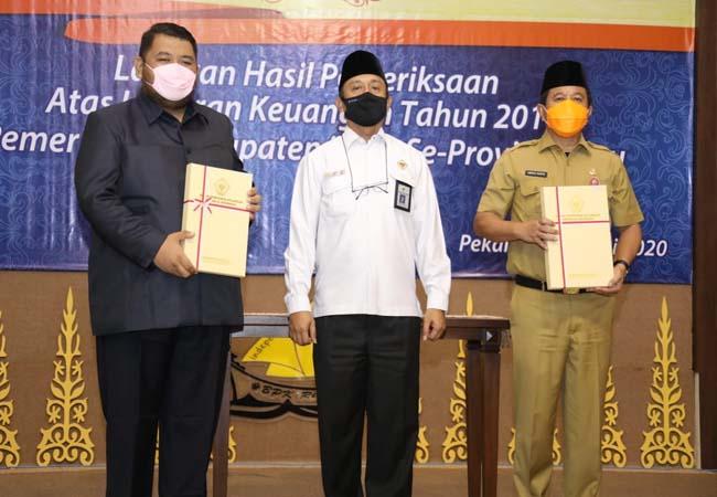 Sekda Abdul Haris dan Ketua DPRD Rohul Novliwanda, menunjukan WTP dari BPK RI Perwakilan Provinsi Riau. Rohul raih WTP untuk ke-4 kalinya diraih atau quatrick.