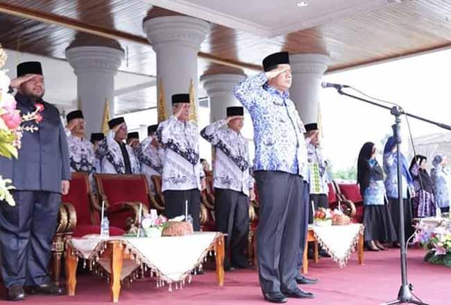 Sekda Abdul Haris, memimpin upacara HUT ke-74 HGN 2019 di halaman kantor Bupati Rohul.