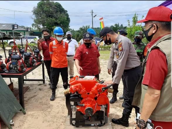 kapolsek Langgam melihat perlengkapan pemadam kebakaran saat apel siaga karhutla