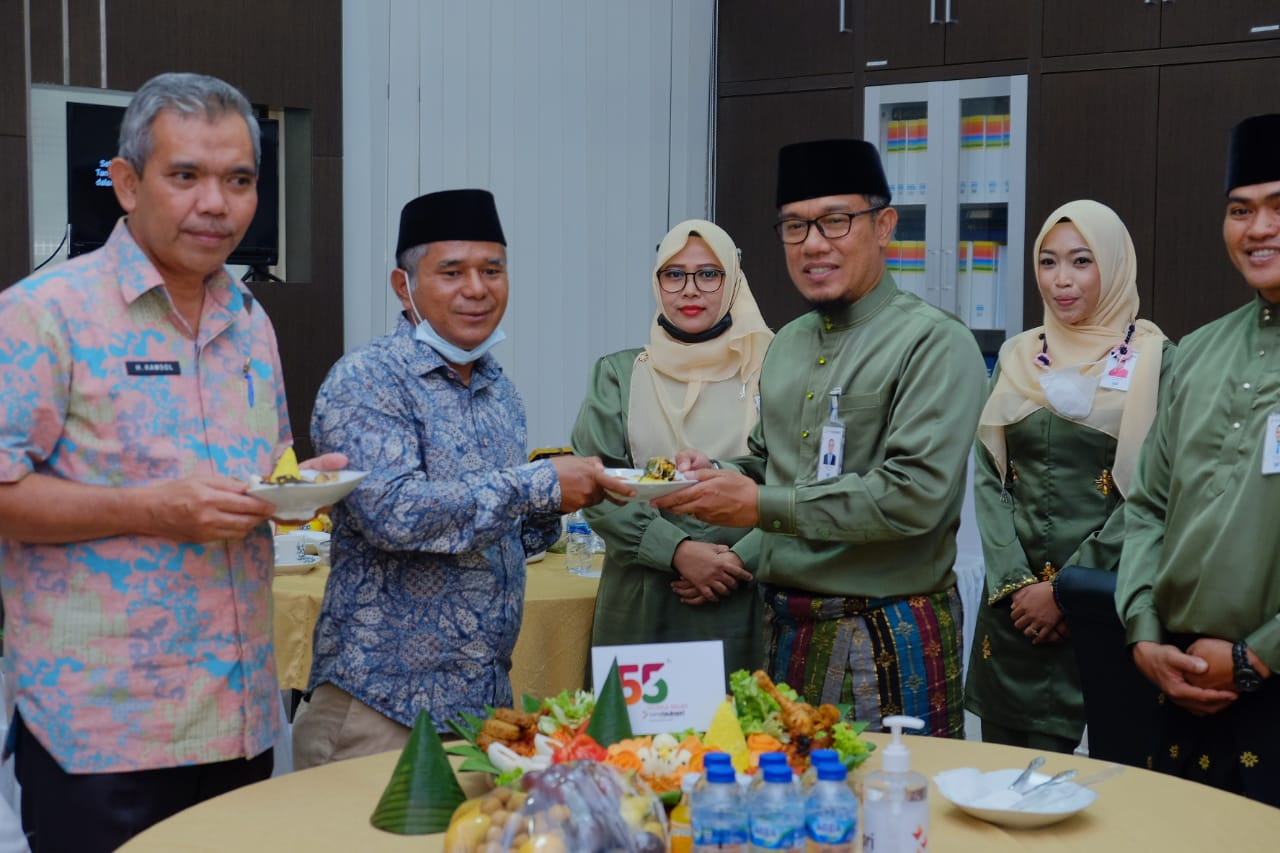 Peringatan HUT Bank Riau Kepri di Selatpanjang. Tampak Ketua DPRD dan Sekda Kepulauan Meranti bersama Pimpinan Cabang Bank Riau Kepri Selatpanjang, Fivian Heldi