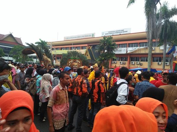 Suasaan pendaftaran paslon Andi-Suyatno ke KPU Riau