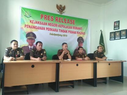 Saat berlangsungnya konferensi pers kasus kredit fiktif BRI Unit Teluk Belitung di Kejari Kepulauan Meranti, Kamis (8/11/2018).