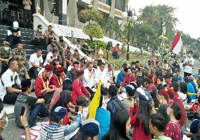 Massa saat diterima Wagubri Edy Natar Nasution untuk berdialog.