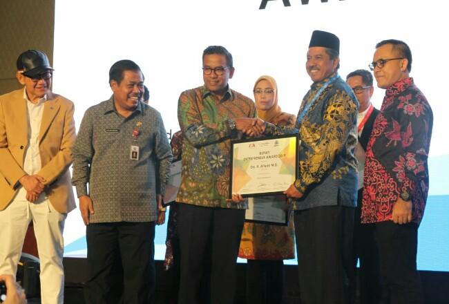 Bupati Siak Alfedri saat menerima penghargaan.