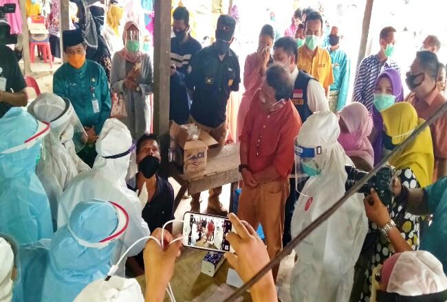 Sekdaprov Riau Yan Prana Jaya, melihat prosesi pengambilan sampel swab oleh petugas kesehatan kepada pedang.