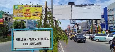 Bando tak berizin di Jalan Tuanku Tambusai.