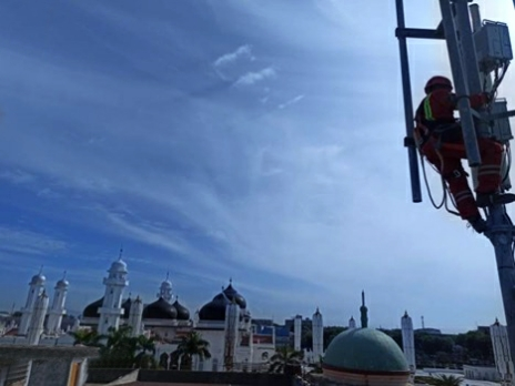Teknisi XL Axiata sedang bekerja di atas tower BTS (Base Transceiver Station) yang berdiri di Gampong Kampung Baru, Kecamatan Baiturrahman, Kota Banda Aceh, Jumat (16/7/2021).