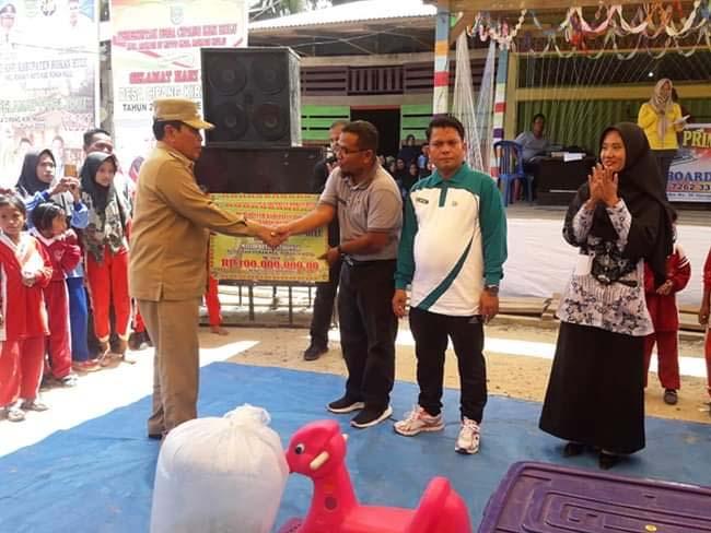 Bupati Sukiman, serahkan bantuan masjid, melalui Camat Rokan IV Koto M.Abror, saat menghadiri Hari Jadi ke-46 Desa Cimpang Kiri Hulu.