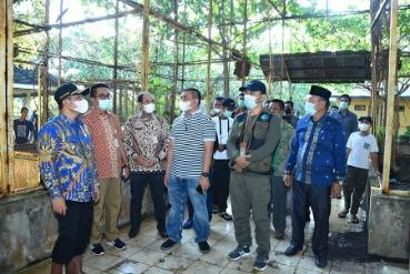 Wabup Bagus Santoso mendampingi Tim dari KLHK saat meninjau Kebun Binatang Selatbaru.