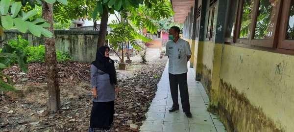 Plt Kadisdik Pekanbaru, Ismardi Ilyas saat melakukan kunjungan kerja di SMP Negeri 31 Pekanbaru.