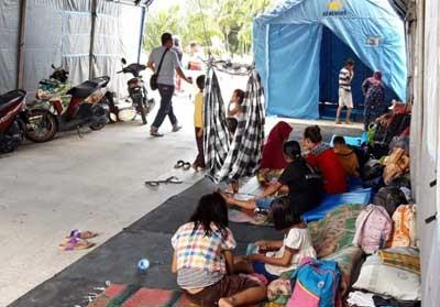 Puluhan warga Dumai berlindung di tenda darurat akibat banjir.