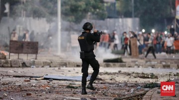 Bentrok polisi dan massa di Tanah Abang, Rabu (22/5) dini hari. FOTO: CNN Indonesia/Andry Novelino