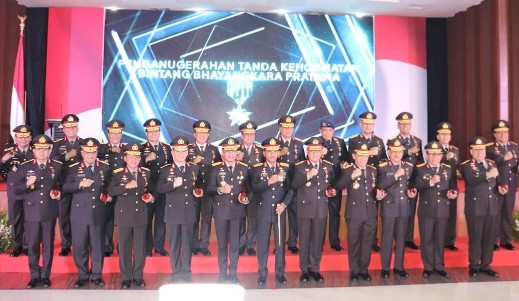 Kapolda Riau menerima penghargaan Bintang Bhayangkara Pratama dari Presiden Republik Indonesia di Gedung Anton Soedjarwo lantai 9 Bareskrim Polri Jakarta bersama 26 Pati Polri lainnya, Rabu (11/12/2019).