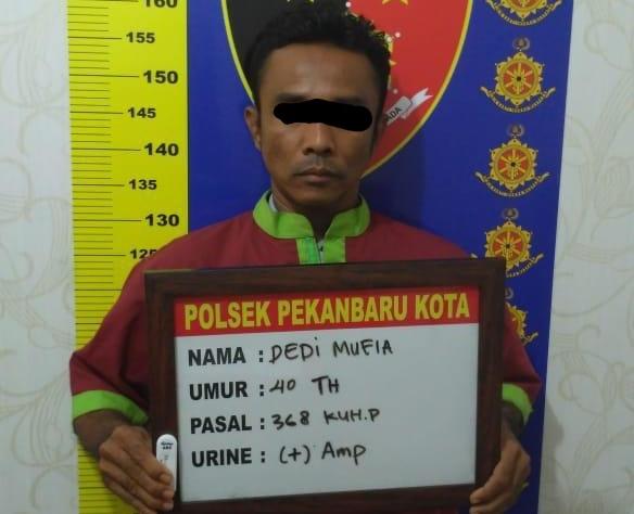 Tersangka Dedi saat ditangkap polisi.