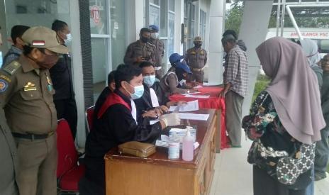 Hakim PN Pasir Pangaraian bersama jaksa gelar sidang di tempat bagi warga terjaring operasi yustisi.