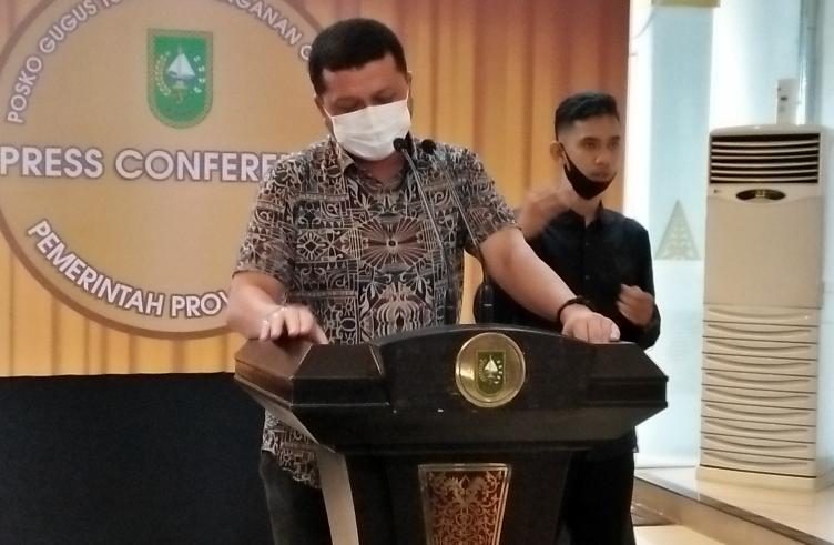 Juru Bicara (Jubir) Penanganan covid-19 Riau, dr Indra Yovi saat konferensi pers di gedung daerah.
