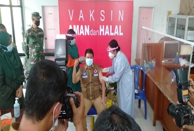 Sekda Rohul, H Abdul Haris, dapat kesempatan pertama disuntik vaksin Sinovac untuk di Rohul.